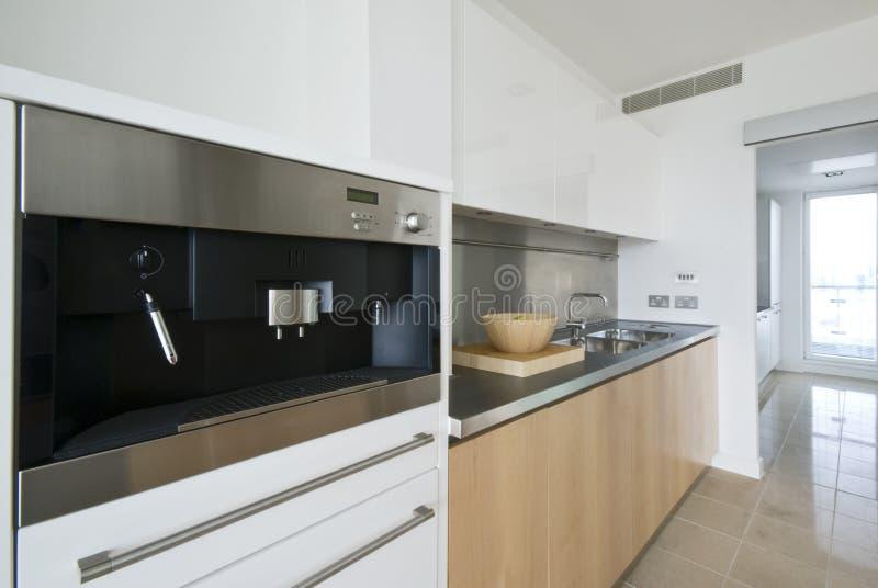Cozinha contemporânea com construído na máquina do café foto de stock