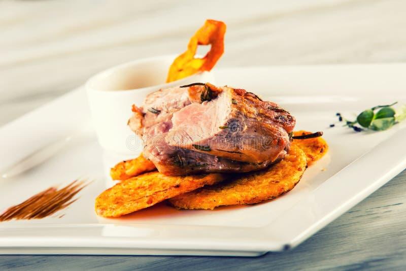 Cozinha culinária Faixa da carne de porco Receita: Panquecas levemente fumado da abóbora da faixa da carne de porco e molho de ar imagens de stock