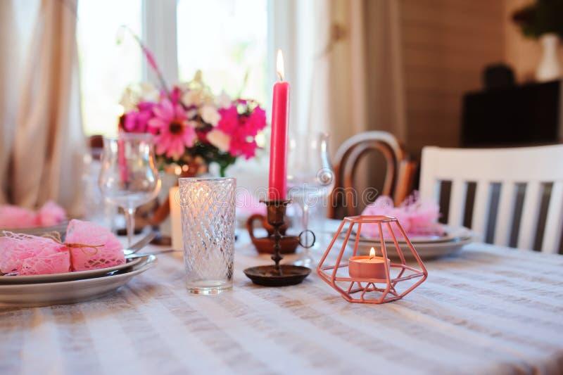 cozinha da casa de campo do verão decorada para o jantar festivo Ajuste romântico da tabela com velas imagens de stock royalty free
