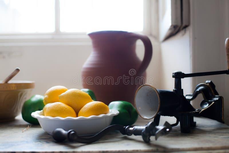 Cozinha da casa de campo Limões em uma aba inglesa da cozinha do país do vintage foto de stock