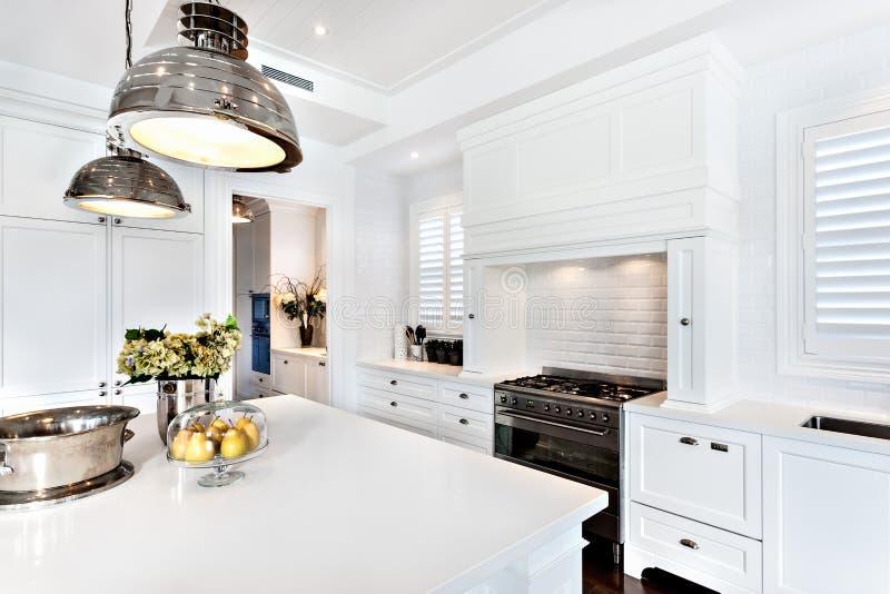 Cozinha da casa luxuosa e bonita com tabela dinning imagens de stock