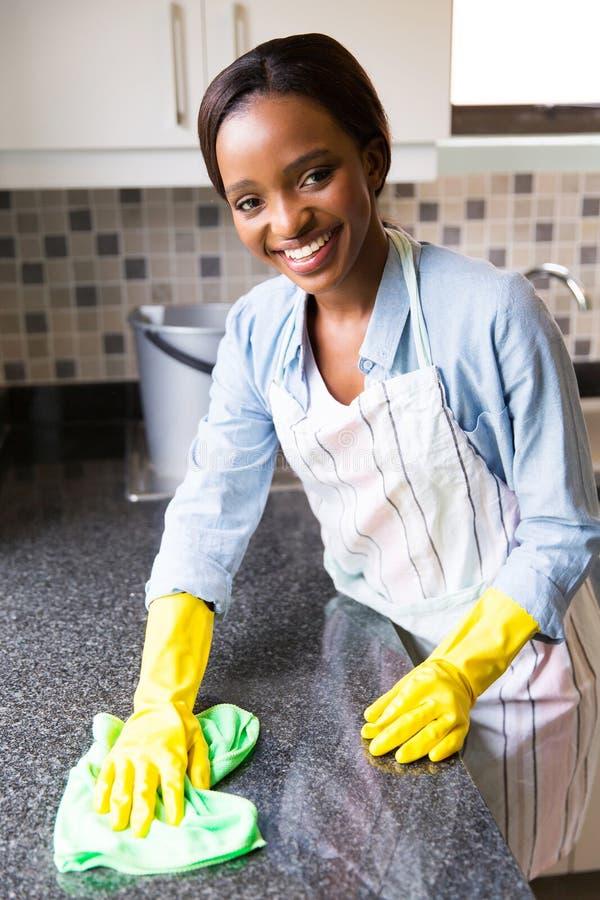 Cozinha da limpeza da dona de casa foto de stock