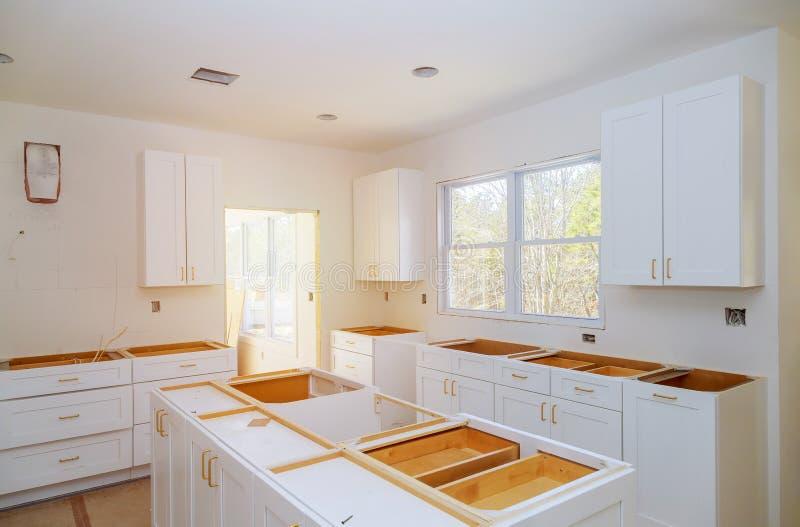 Cozinha da melhoria de casa que prepara-se para instalar o costume novo na cozinha moderna foto de stock