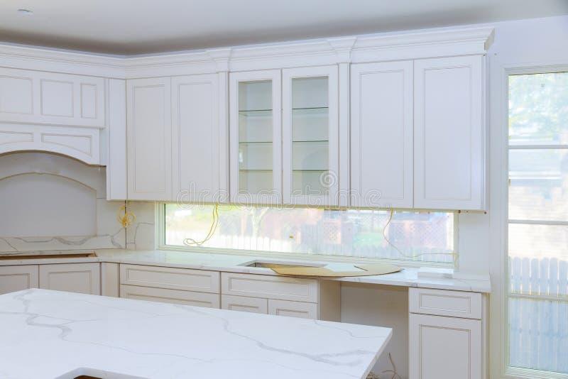 A cozinha da melhoria home remodela a vista instalada em uma cozinha nova fotos de stock