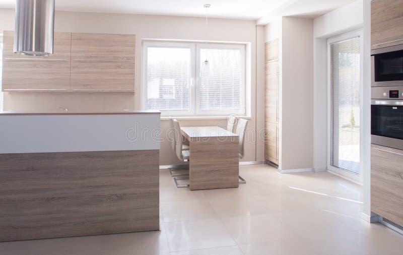 Cozinha de madeira brilhante foto de stock royalty free