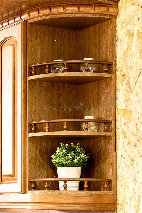 Cozinha de madeira clássica A incorporação de soluções do projeto moderno imagens de stock royalty free