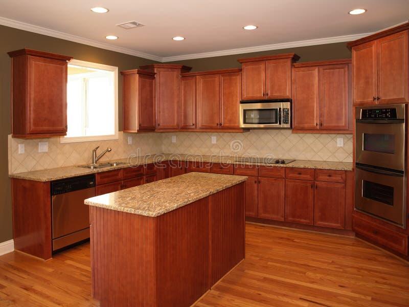 Cozinha de madeira da cereja luxuosa com console fotos de stock royalty free
