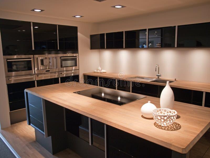 Cozinha de madeira do preto na moda moderno do projeto foto de stock