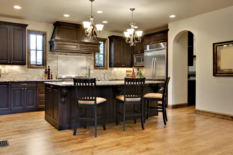 Cozinha de madeira escura com contadores do granito imagens de stock royalty free