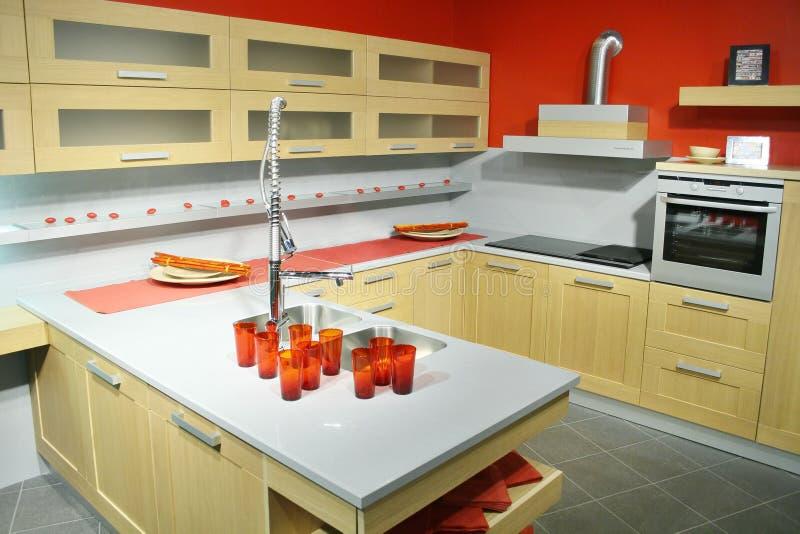 Cozinha de madeira moderna imagem de stock royalty free