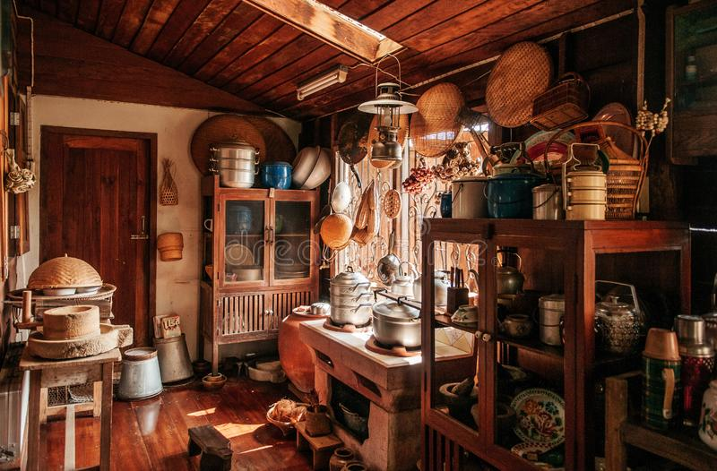 Cozinha de madeira rústica do vintage no decorati do interior da casa de campo fotos de stock