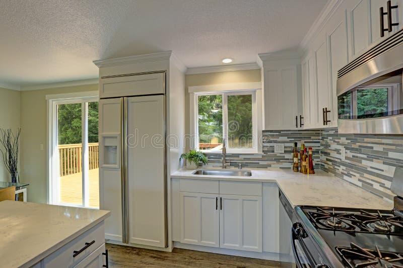 Cozinha de plano aberto bonita do branco do segundo andar imagem de stock
