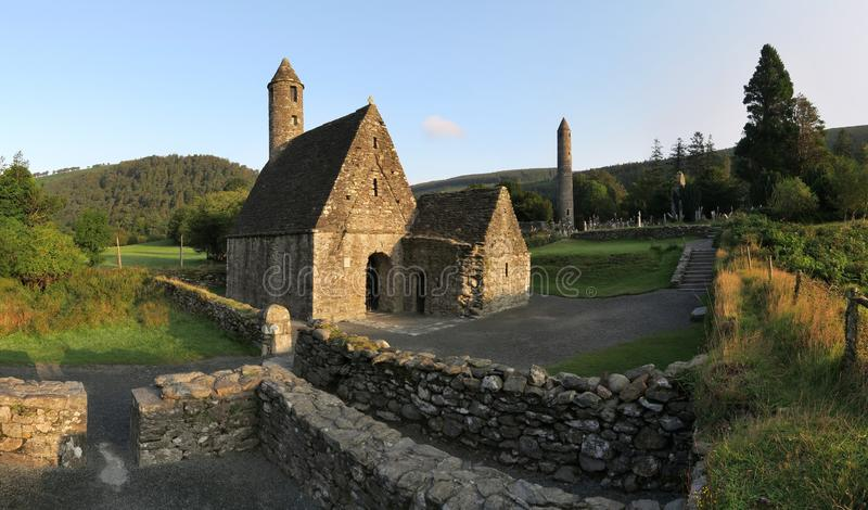 Cozinha de Saint Kevin em Glendalough - acordo monástico medieval precoce perto de Dublin foto de stock royalty free