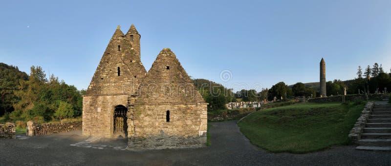 Cozinha de Saint Kevin em Glendalough - acordo monástico medieval precoce perto de Dublin imagem de stock