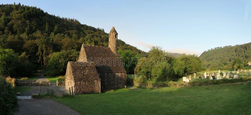 Cozinha de Saint Kevin em Glendalough - acordo monástico medieval precoce perto de Dublin foto de stock