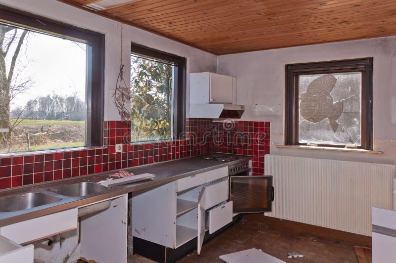 Cozinha de uma exploração agrícola holandesa velha demulida em parte fotografia de stock