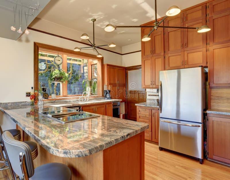 Cozinha denominada clássica com partes superiores contrárias agradáveis fotos de stock