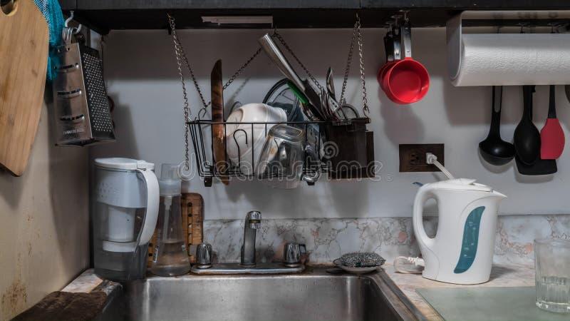 Cozinha desarrumado pequena minúscula foto de stock royalty free