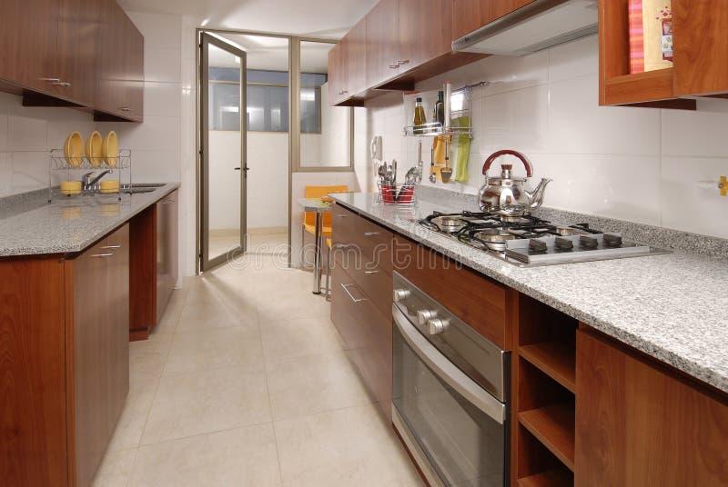 Cozinha do apartamento fotografia de stock royalty free