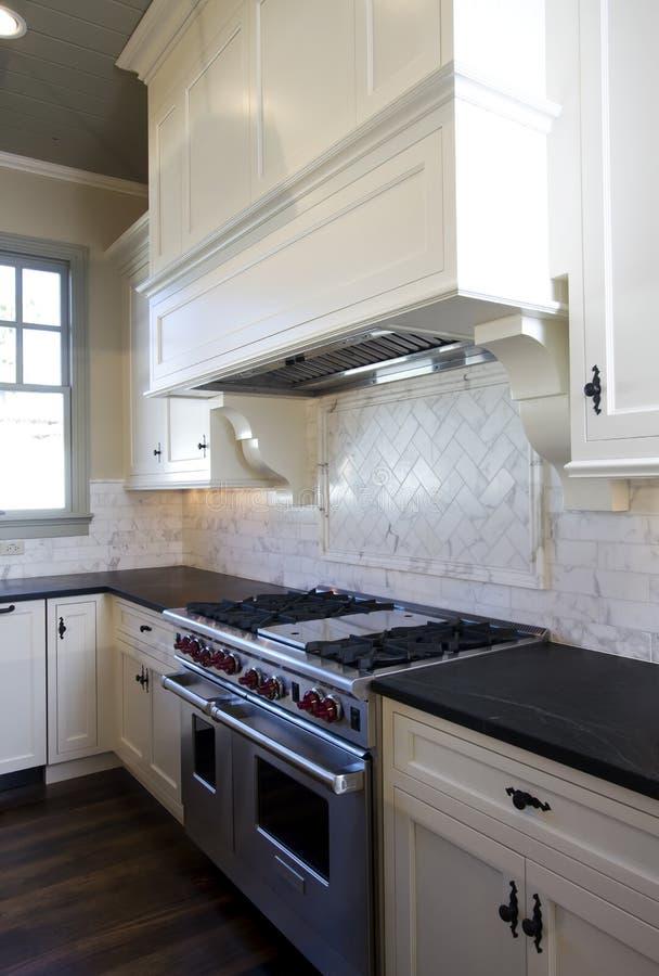 Cozinha do branco do estilo da casa de campo imagem de stock royalty free