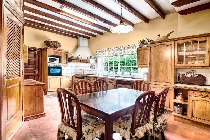Cozinha do estilo country com sala de jantar fotografia de stock
