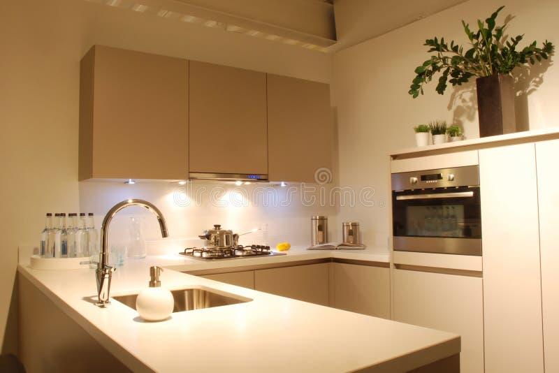 Cozinha do projeto moderno marrom-branca fotografia de stock