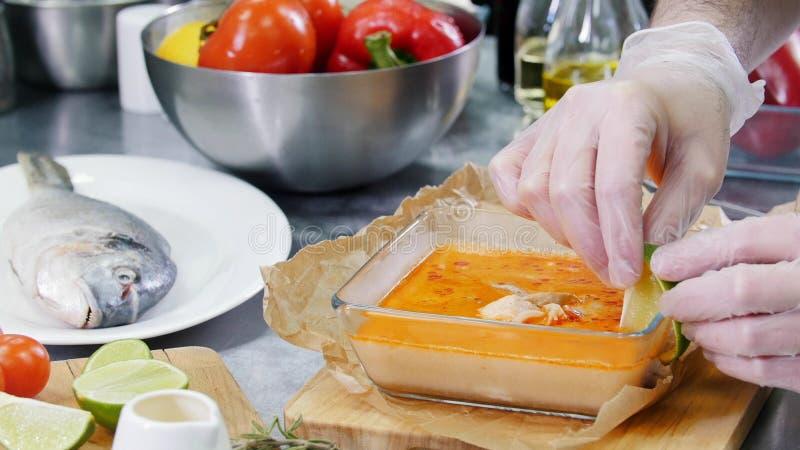 Cozinha do restaurante Cozinheiro chefe que decora a sopa com uma parte de cal imagens de stock