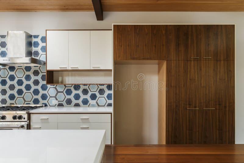 Cozinha e mesa de jantar na casa moderna fotos de stock
