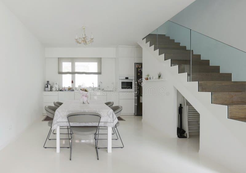Cozinha e sala de jantar fotos de stock