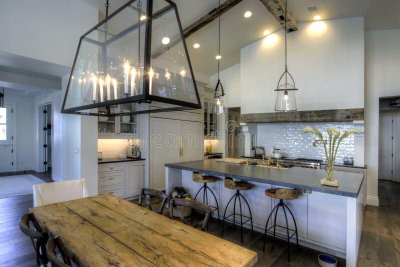 Cozinha e sala de jantar novas enormes foto de stock royalty free