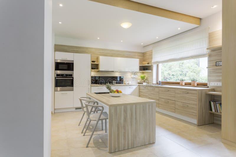 Cozinha em cores claras imagem de stock royalty free