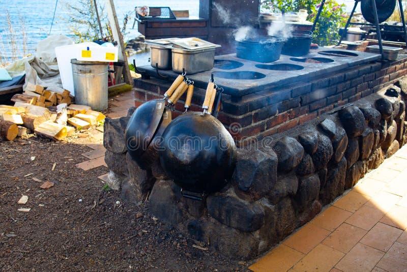 Cozinha em uma taverna costeira, Svaneke fotografia de stock