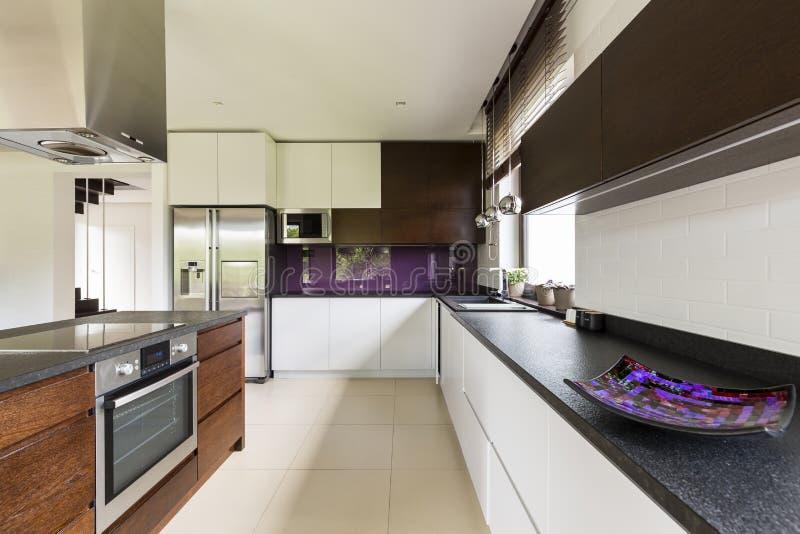 Cozinha espaçoso para um cozinheiro chefe talentoso fotos de stock
