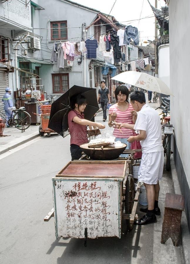 Cozinha exterior típica em uma rua Mercado chinês do vendedor de alimento foto de stock royalty free