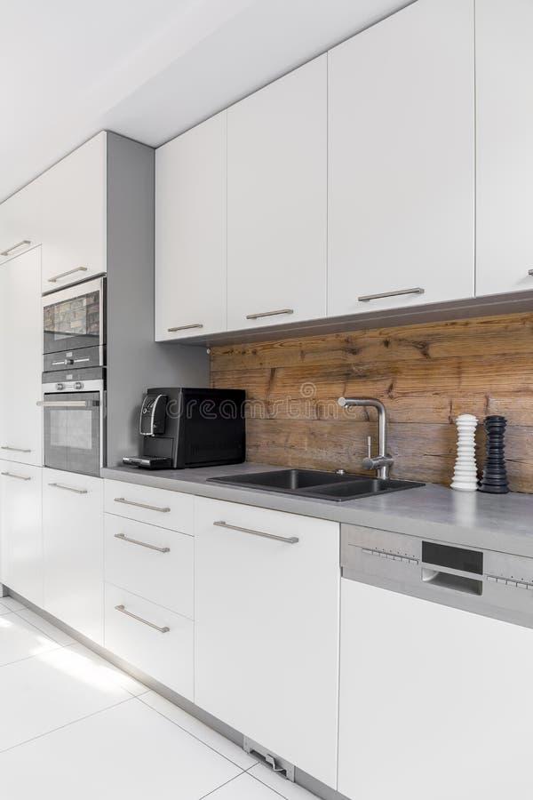 Cozinha funcional com bancada longa imagens de stock royalty free