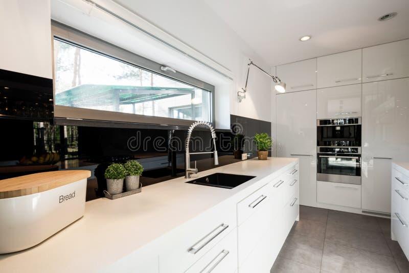 Cozinha funcional com mobília branca fotografia de stock