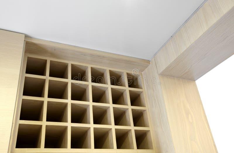 Cozinha home limpa e confortável. Armários de armazenamento do vinho imagem de stock