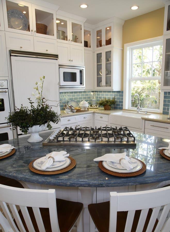 Cozinha home luxuosa moderna foto de stock
