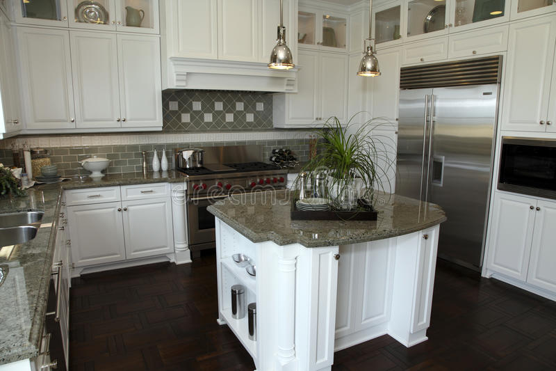 Cozinha home luxuosa moderna. fotos de stock royalty free