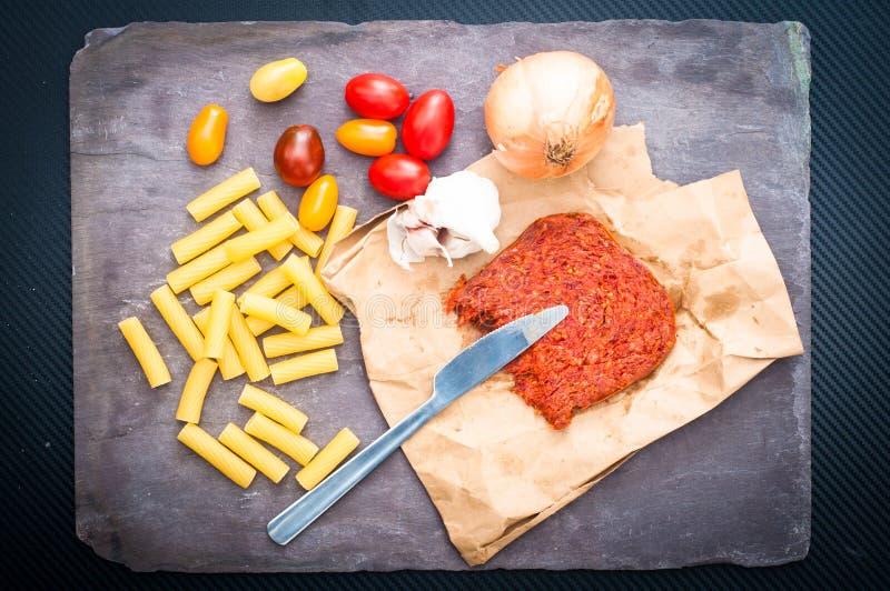 Cozinha ingredientes do ` para a massa com a salsicha picante do nduja com tomat imagem de stock royalty free