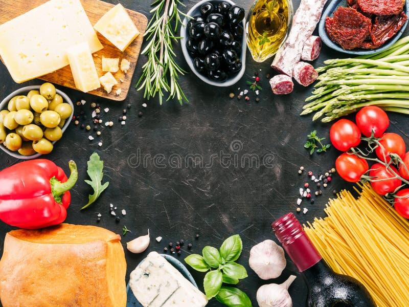 Cozinha italiana e conceito italiano do alimento com espaço da cópia imagem de stock royalty free