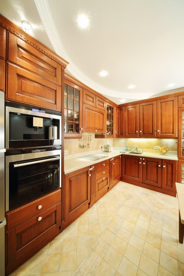 Cozinha limpa clara com mobília de madeira imagens de stock royalty free