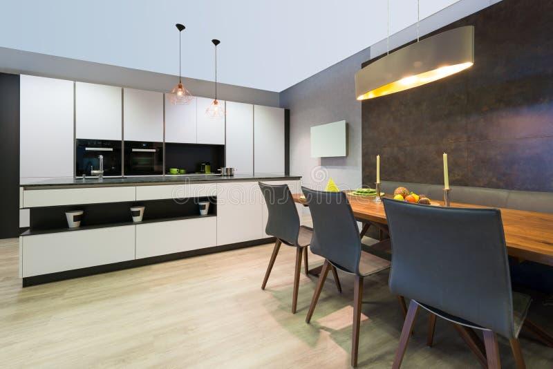 Cozinha lisa branca elegante moderna com ilha imagem de stock