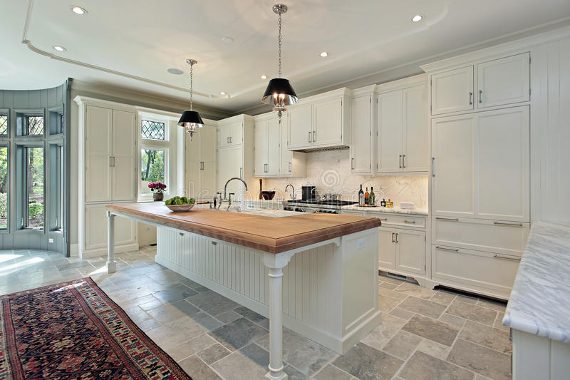 Cozinha luxuosa com cabinetry branco imagem de stock royalty free