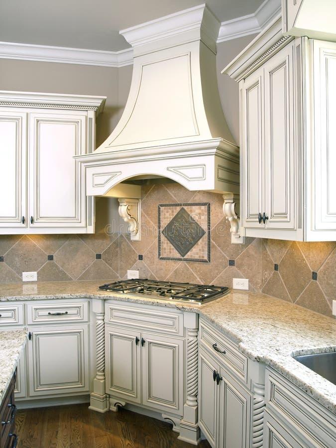 Cozinha luxuosa Cooktop com capa fotos de stock royalty free