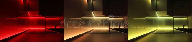 Cozinha luxuosa moderna com iluminação conduzida imagens de stock