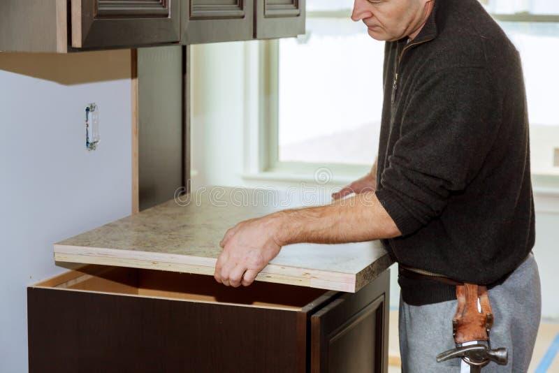 Cozinha mais funcional com um dissipador, um cooktop, e parcialmente uma cozinha superior do insrall fotos de stock