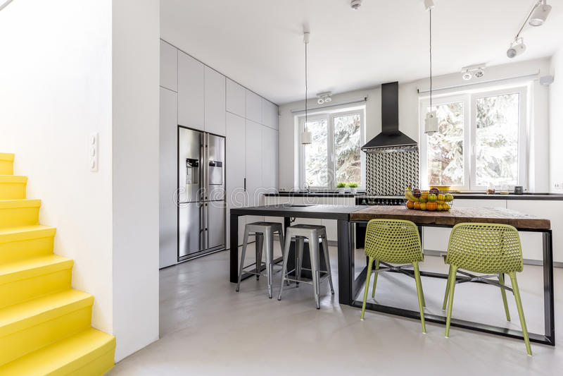 Cozinha minimalista vista da antecâmara imagens de stock royalty free