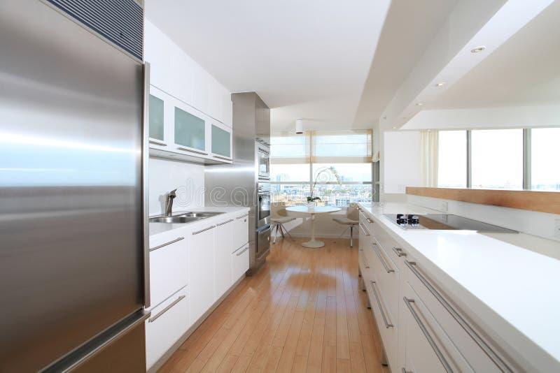 Cozinha moderna branca fotografia de stock royalty free