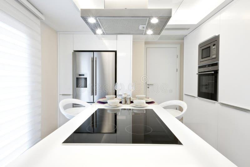 Cozinha moderna brilhante foto de stock royalty free